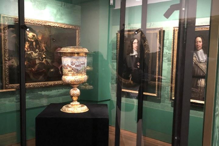 Gouden beker uit Louvre geplaatst