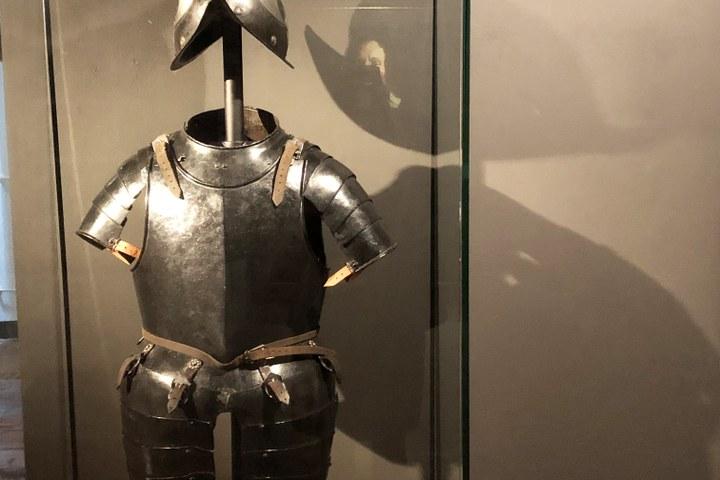 Nationaal Militair Museum leent borstharnas en helm aan Den Briel